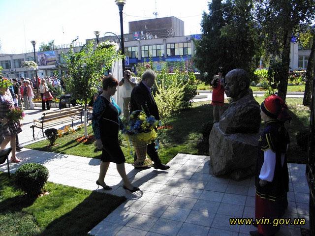 У Ладижні встановили погруддя Кобзаря