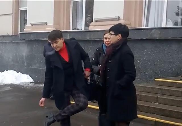 """Надію Савченко у Вінниці зустріли криками """"Ганьба!"""""""