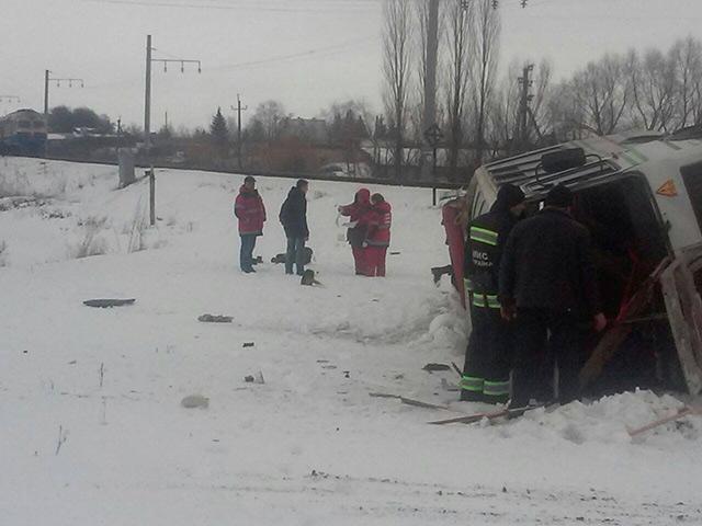 В Калинівці зіткнулись пасажирський електропотяг та автобус. Водій автобусу загинув