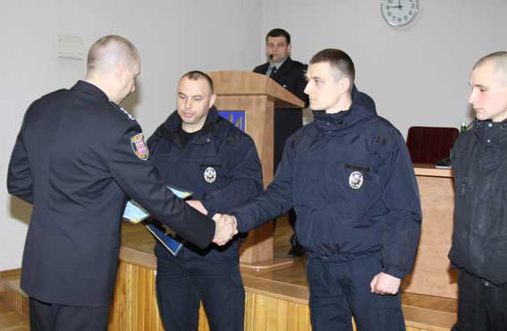 Юрій Педос відзначив трьох поліцейських, які затримали злочинну групу крадіїв