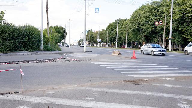 """На перехресті вулиць Пирогова та Данила Галицького облаштовують """"острівець безпеки"""""""