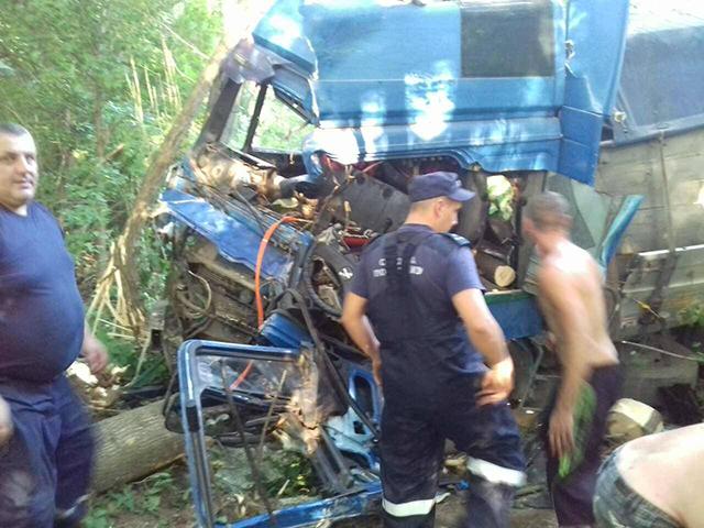 """В Жмеринському перекинулась вантажівка. Аби допомогти водію, якого """"затисло"""" в кабіні, викликали рятувальників"""