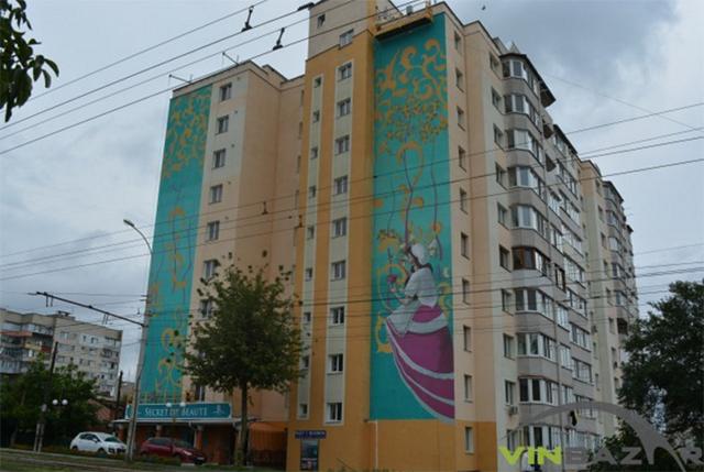 """На фасаді багатоповерхівки по вул. Амосова малюють ще два мурали - """"Плідність"""" та """"Слов'янка"""""""