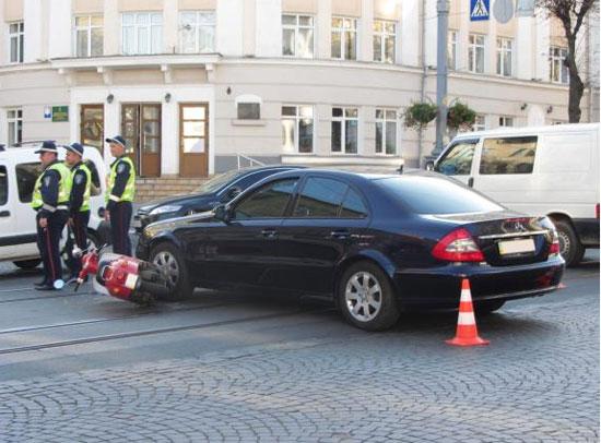 """У центрі Вінниці під колесами """"Мерседеса"""" опинилися двоє підлітків на скутері"""