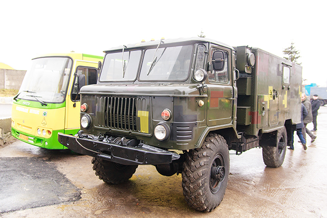Працівники транспортної компанії відремонтували для військових автомобіль «ГАЗ-66»