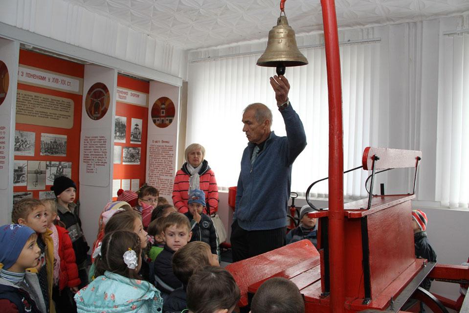 Як і 20-30 років тому, школярі так само знайомляться з роботою рятувальників у пожежному музеї