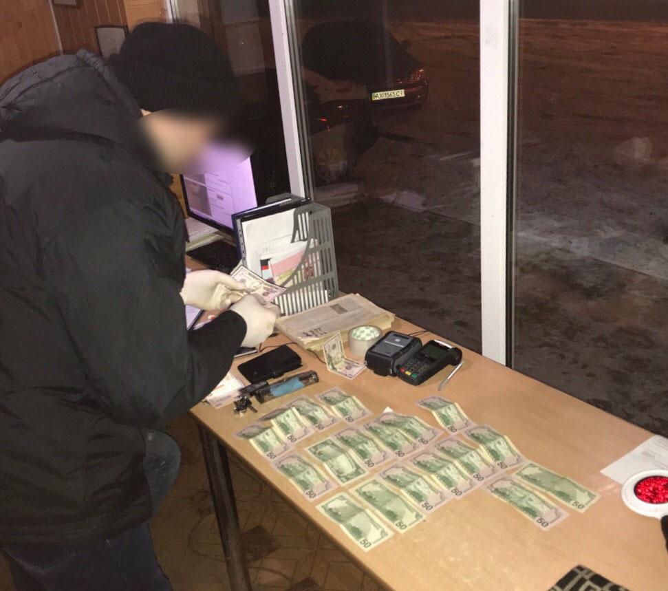 На хабарі в тисячу доларів затримано вінницького адвоката