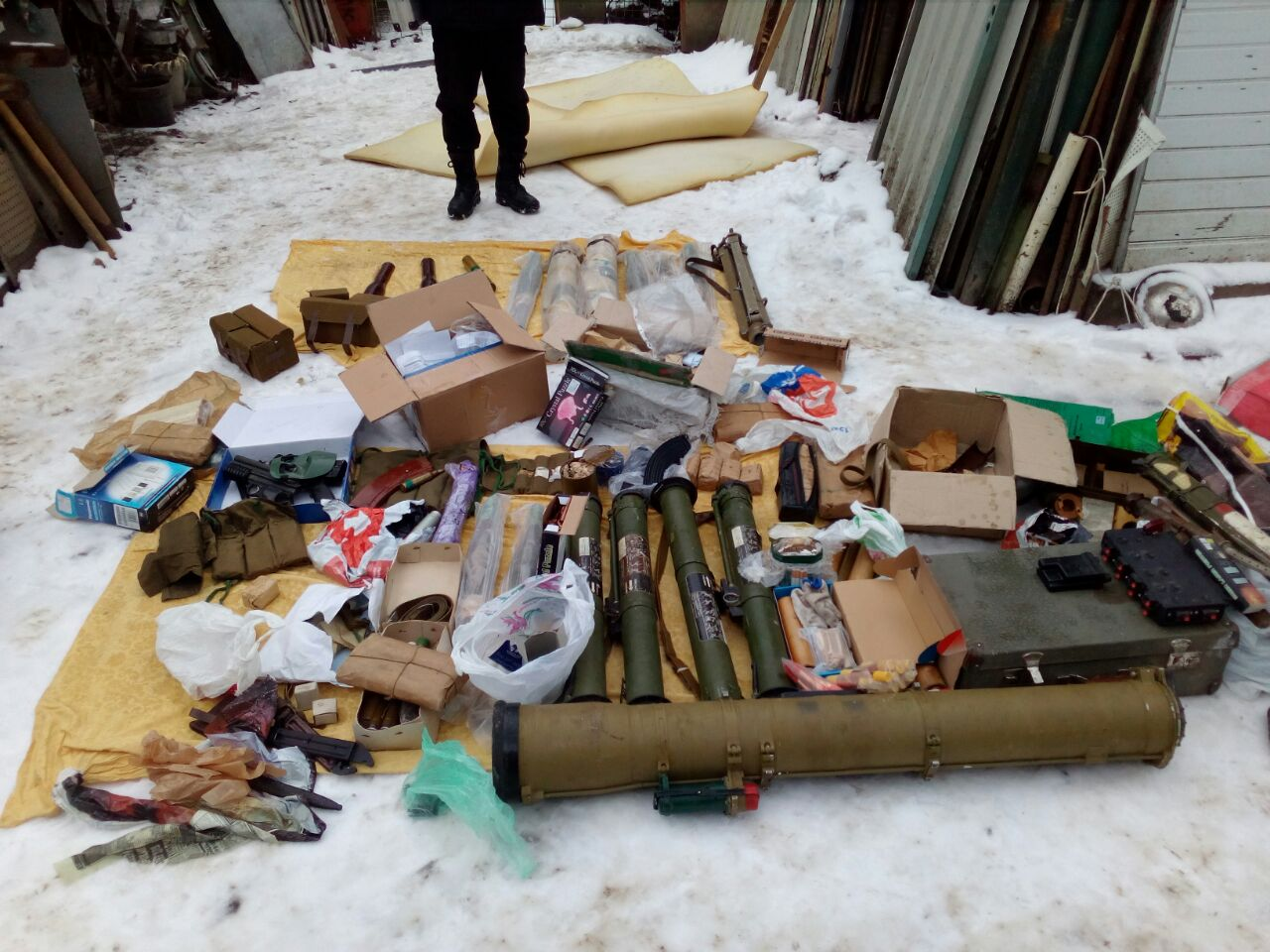 На Вінниччині військовослужбовець ЗСУ зберігав у будинку  матері арсенал зброї та боєприпаси