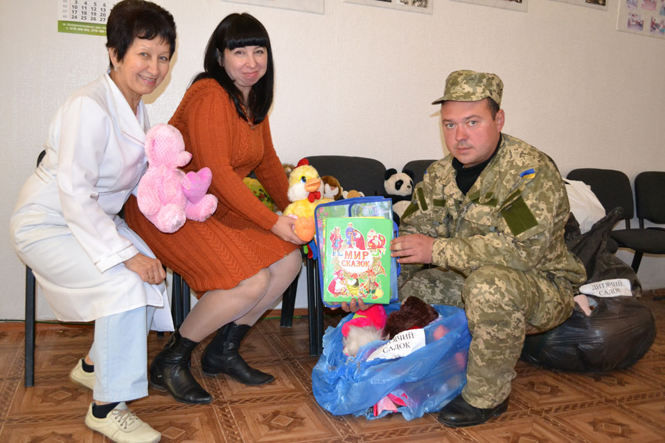 Вінницькі школярі надіслали малечі Краматорська і солдатам сил АТО іграшки, малюнки та книжки, фото-2