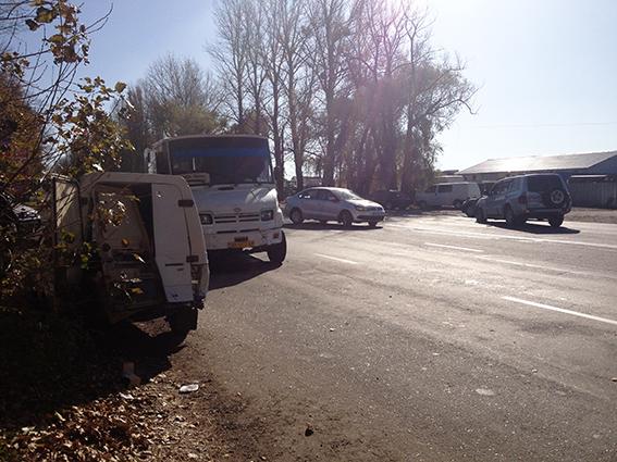 ДТП на Немирівському шосе: джип відкинув «Таврію» на рейсовий автобус, фото-1