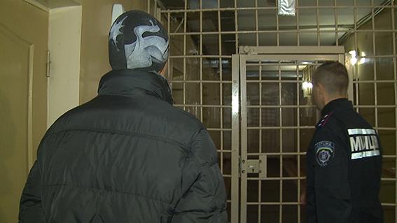 Вінницькі правоохоронці оперативно затримали зловмисників, які порізали та обікрали вінничанина