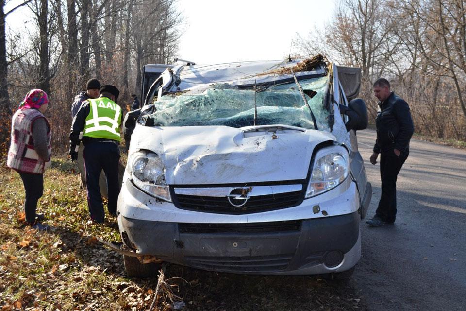 """На Вінниччині перекинувся мікроавтобус """"Opel"""": дві людини у лікарні"""