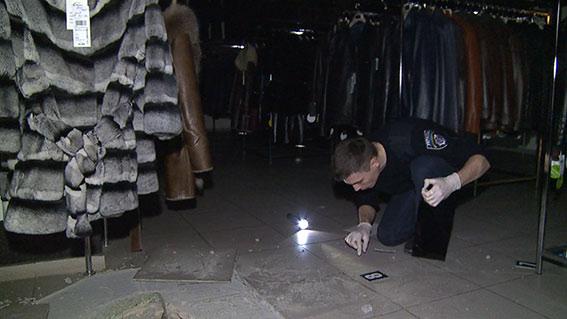 У Вінниці двоє чоловіків обікрали магазин хутряних виробів, зробивши підкоп