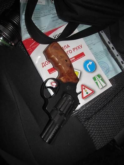 Працівники ДАІ затримали водія, який перевозив у бардачку свого авто револьвер
