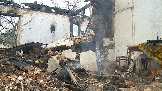 На Вінниччині двоє міліціонерів врятували із палаючого будинку пенсіонерку та її сина