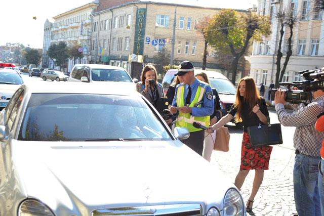 Про заборону користування мобільним телефоном за кермом, нагадали водіям інспектори ДАІ Вінниччини