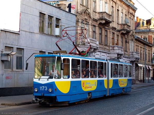 Трамвай, який Вінниця подарувала Львову, заклеїли рекламою. Прикро