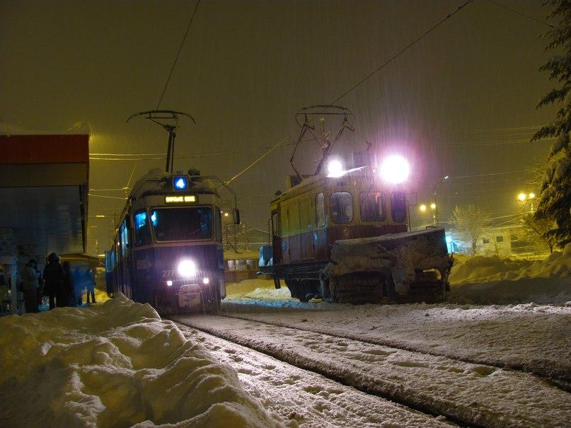 Трамвайные рельсы чистят трактора и спецтрамвай