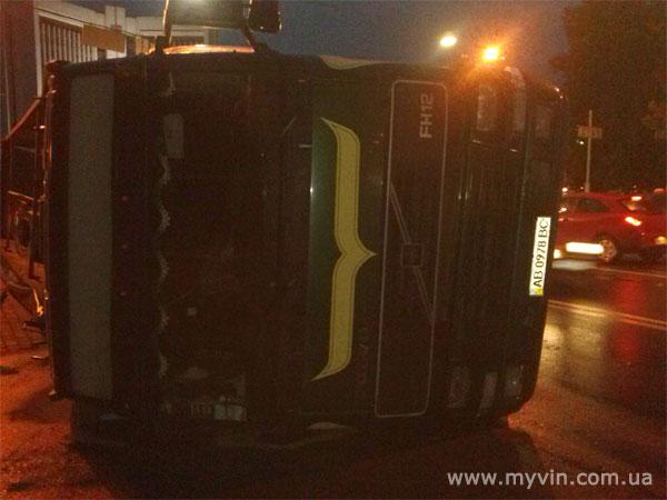 аварія у Вінниці - перекинулась вантажівка