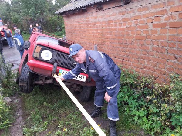 У Липовецькому районі рятувальники витягли автомобіль, який під час зсуву впав у яму