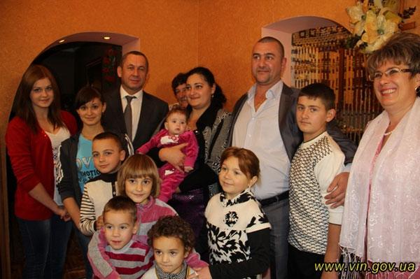 подружжя Зурабі і Світлани Робакідзе з дітьми, а також Іван Мовчан та Любов Спірідонова