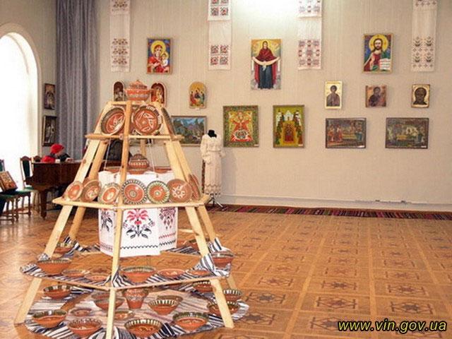 Понад півтори тисячі виробів та картин майстрів Вінниччини виставлено в обласному краєзнавчому музеї