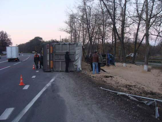 Поблизу Калинівки у вантажного автомобіля «КАМАЗ» відірвався причіп, а сам автомобіль занесло у кювет