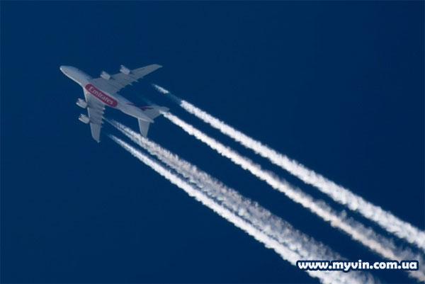 Самый большой пассажирский самолет Аэробус А380, высота полета 11000 метров