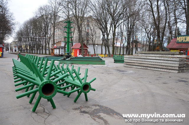 У Центральному парку встановлюють новорічну ялинку