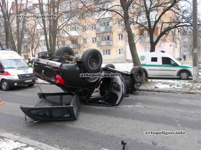 жінка-водій Mitsubishi L200 не впоралася з керуванням і врізалася в дерево