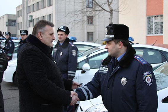 Віктор Русин вручає ключі від Toyota Prius