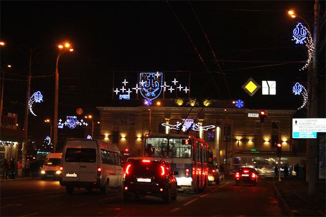 До новорічних свят на проспекті Коцюбинського засяяли герби міста, а з дерев звисають величезні світлові бурульки