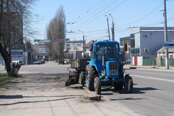 Вінниця. По вулиці Немирівське шосе видаляють пні
