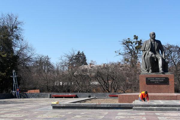 На проспекті Коцюбинського виконують ремонтні роботи біля пам'ятника ім. Коцюбинського