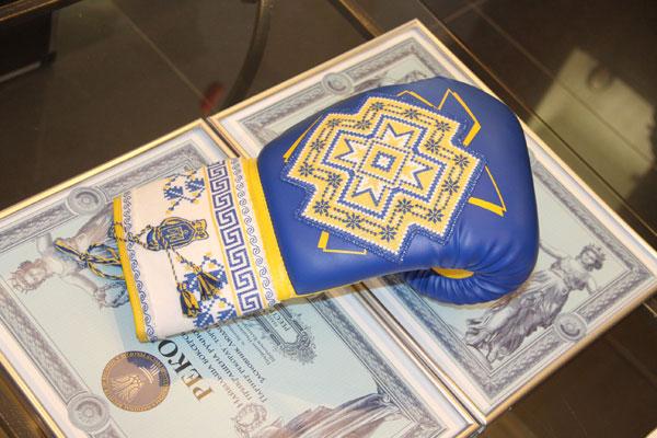 найбільша боксерська рукавичка прикрашена українською вишивкою