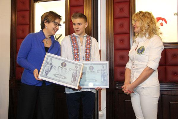 16-річний вінницький художник Анатолій Гайструк виготовив найбільшу боксерську рукавичку прикрашену ручною вишивкою