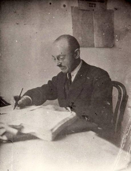 В робочому кабінеті в Мурах. Вінниця, 1925 рік