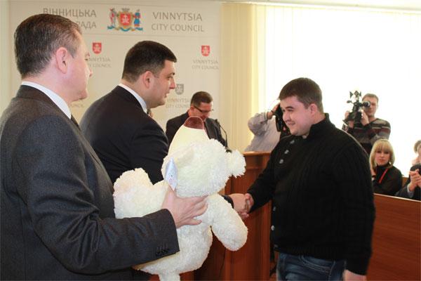 Депутати міськради на позачерговій сесії привітали батьків із поповненням у родинах та ухвалили декілька невідкладних рішень
