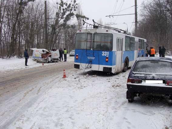 """20 січня у Вінниці автомобіль """"Таврія"""" зіткнувся з тролейбусом. Загинув водій автомобіля"""