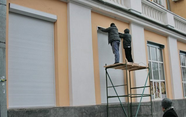 На вікна Вінницької ОДА встановлюють захисні ролети