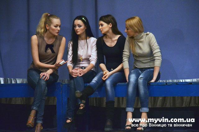 Фіналістки конкурсу «Міс Вінниця» вивчають із хореографом виходи на сцену та танцювальні номери