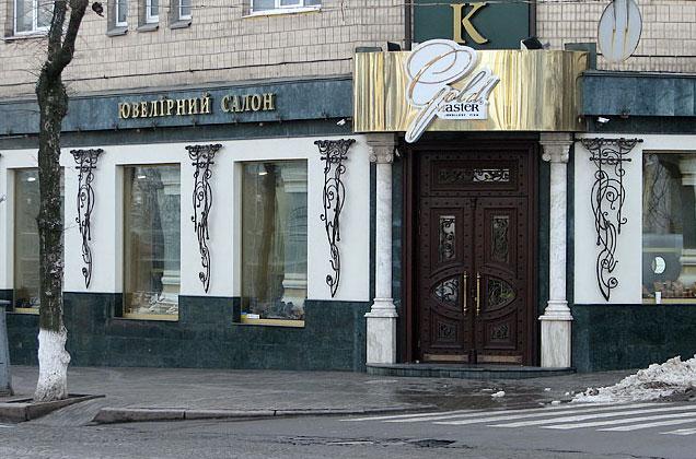 В центрі Вінниці грабіжники випустили 13 куль у вікно ювелірного магазину