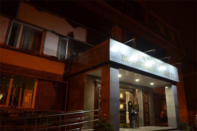 Прокуратура почала розслідування та пошуки тих, хто розтрощив фасад будівлі прокуратури Вінницької області