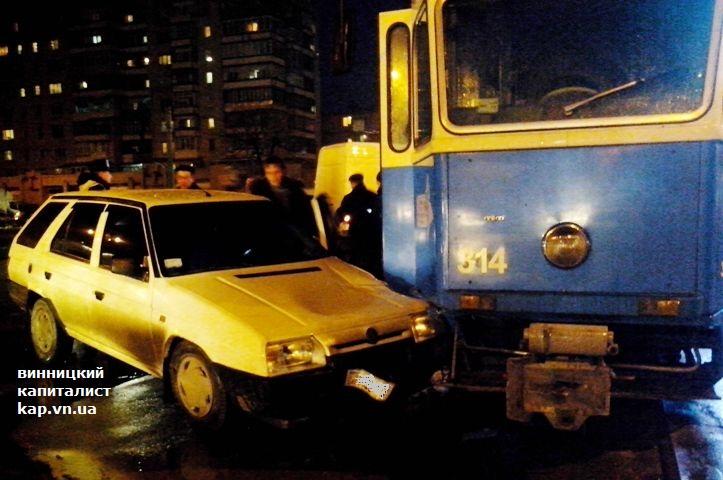 Незвичне ДТП у Вінниці: одразу дві автівки врізались в один трамвай