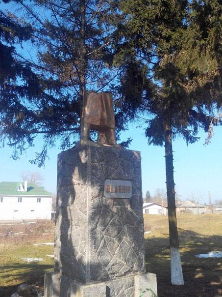 В Комосомольському, Козятинськго району повалили Леніна