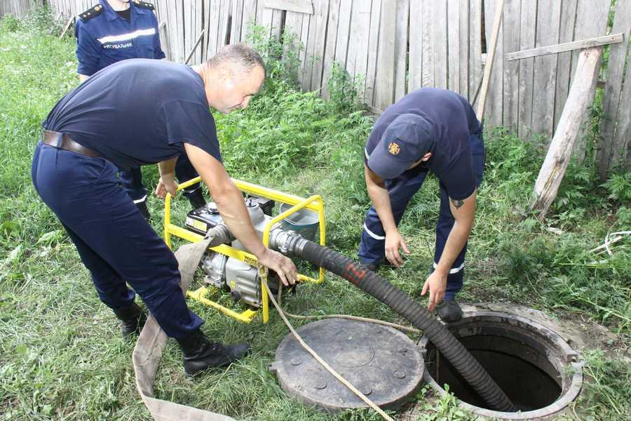 Прикарпатські рятувальники продовжують допомагати людям у подоланні наслідків повені