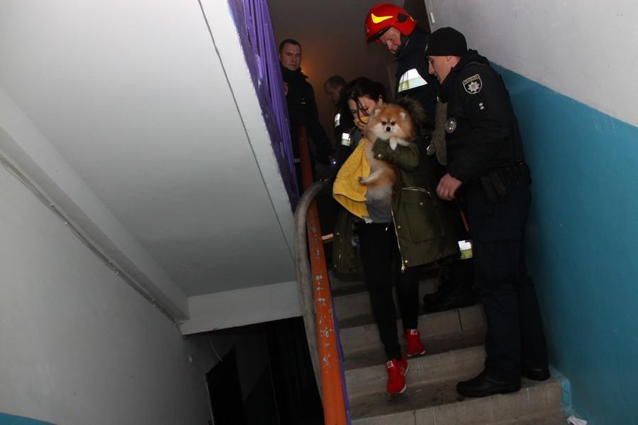 Цієї ночі в Івано-Франківську трапилася масштабна пожежа. Із охопленої вогнем та димом багатоповерхівки довелось евакуювати три десятка людей
