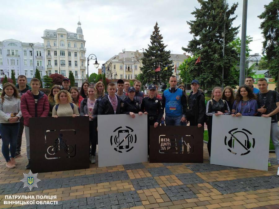 В центрі Вінниці біля пішохідних переходів з'явились  написи-нагадування
