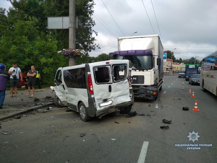 На вул. Лебединського зіткнулись п'ять автомобілів, одна людина загинула (оновлено)