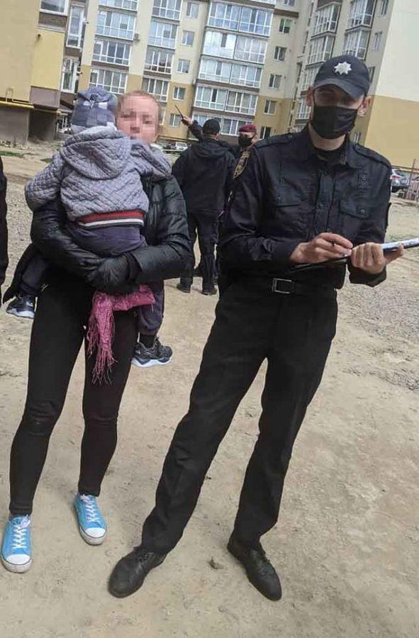 """У Вінниці поліцейські розшукували 3-річного""""мандрівника"""", який загубився у дворах"""